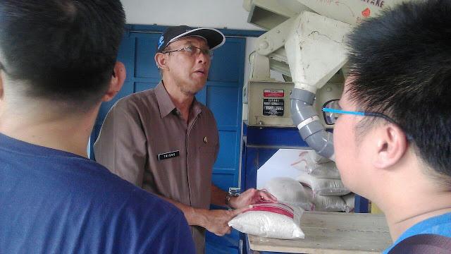 Peninjauan ke salah satu gapoktan penyuplai beras di Kecamatan Tanjung Sari   dalam oleh drh. H. Soetrisno, MM, Kepala Dinas Ketahanan Pangan