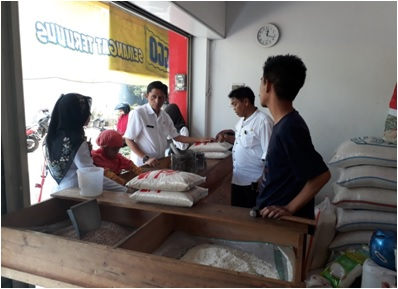Peninjauan ke salah satu Toko beras  di pasar Jonggol  dalam rangka HBKN 2017 oleh Sutriana, SP. Kasie Distribusi  dan Harga Pangan