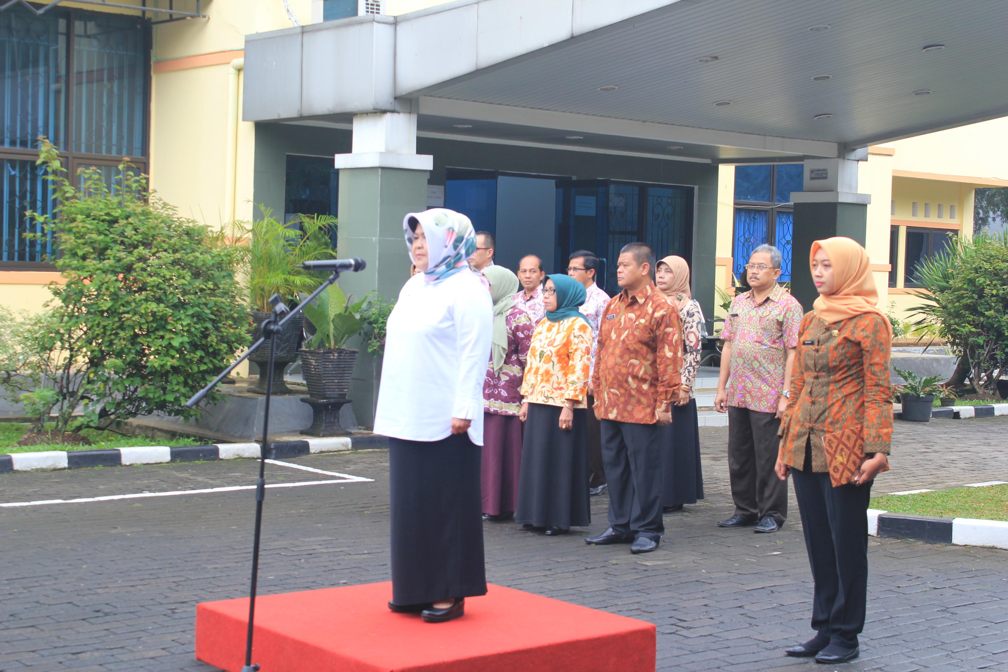 Bupati Bogor Nurhayanti memimpin upacara di kantor Dinas Ketahanan Pangan