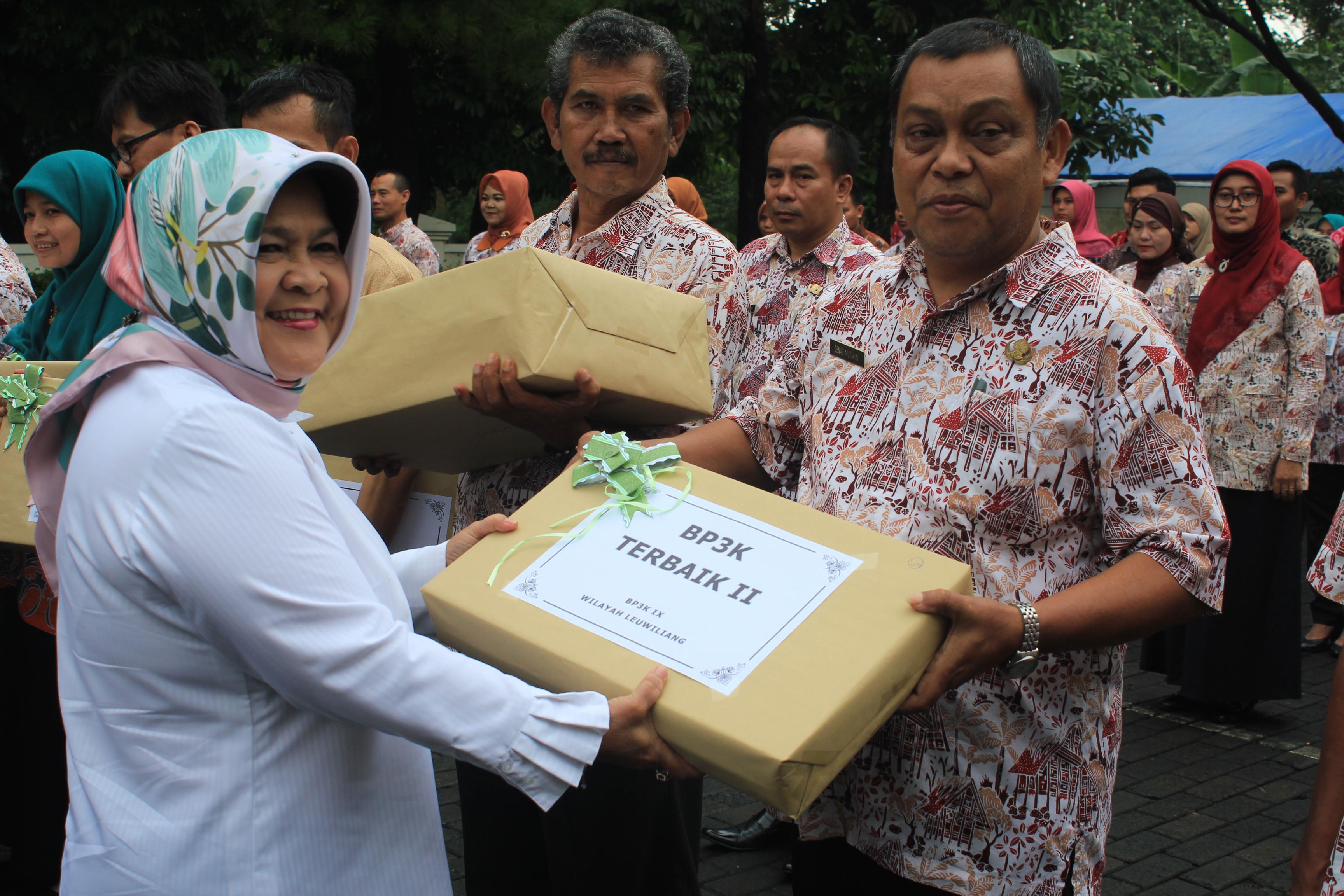 Bupati Bogor Nurhayanti memberikan penghargaan kepada penyuluh PNS teladan, penyuluh tenaga harian lepas teladan