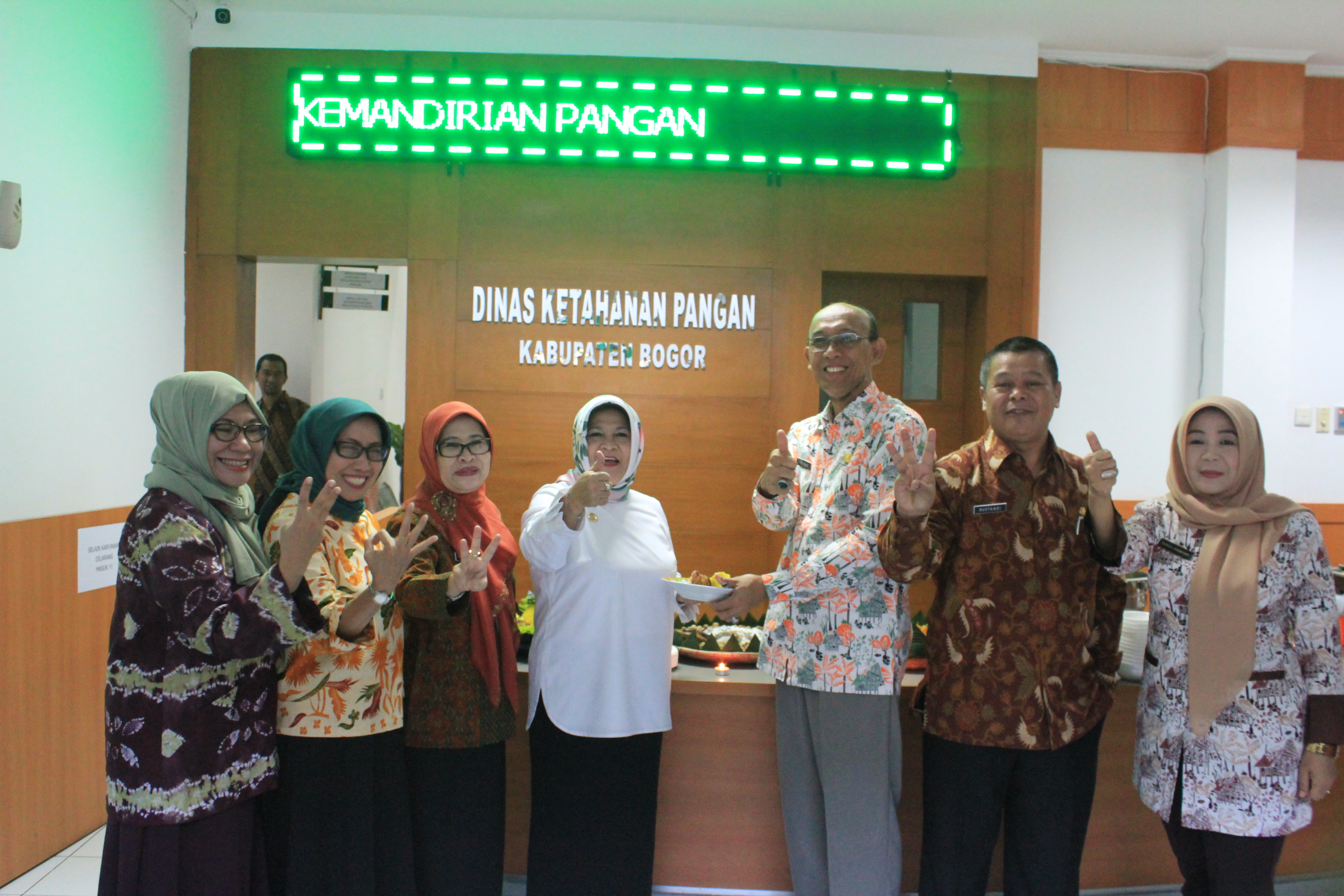 Bupati Bogor memberikan potongan tumpeng sebagai ucapan selamat atas peresmian Dinas Ketahanan Pangan Kabupaten Bogor