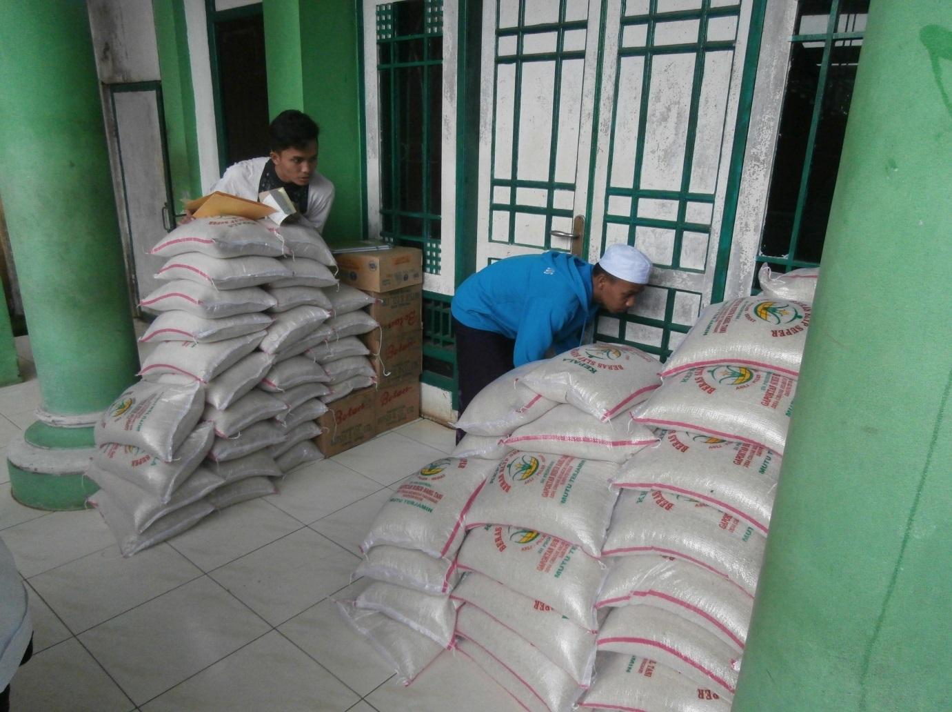Paket bantuan di Yayasan As-Shriyyah Nurul Iman, Kecamatan Parung