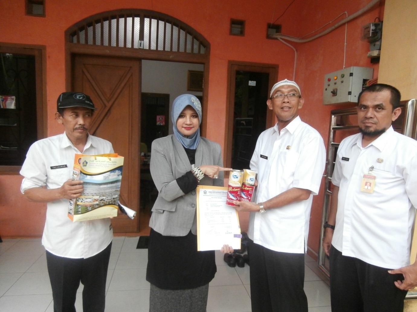 Penyerahan Paket Bantuan secara Simbolis oleh Kepala Dinas Ketahanan Pangan kepada Pembina Yayasan As-Shriyyah Nurul Iman