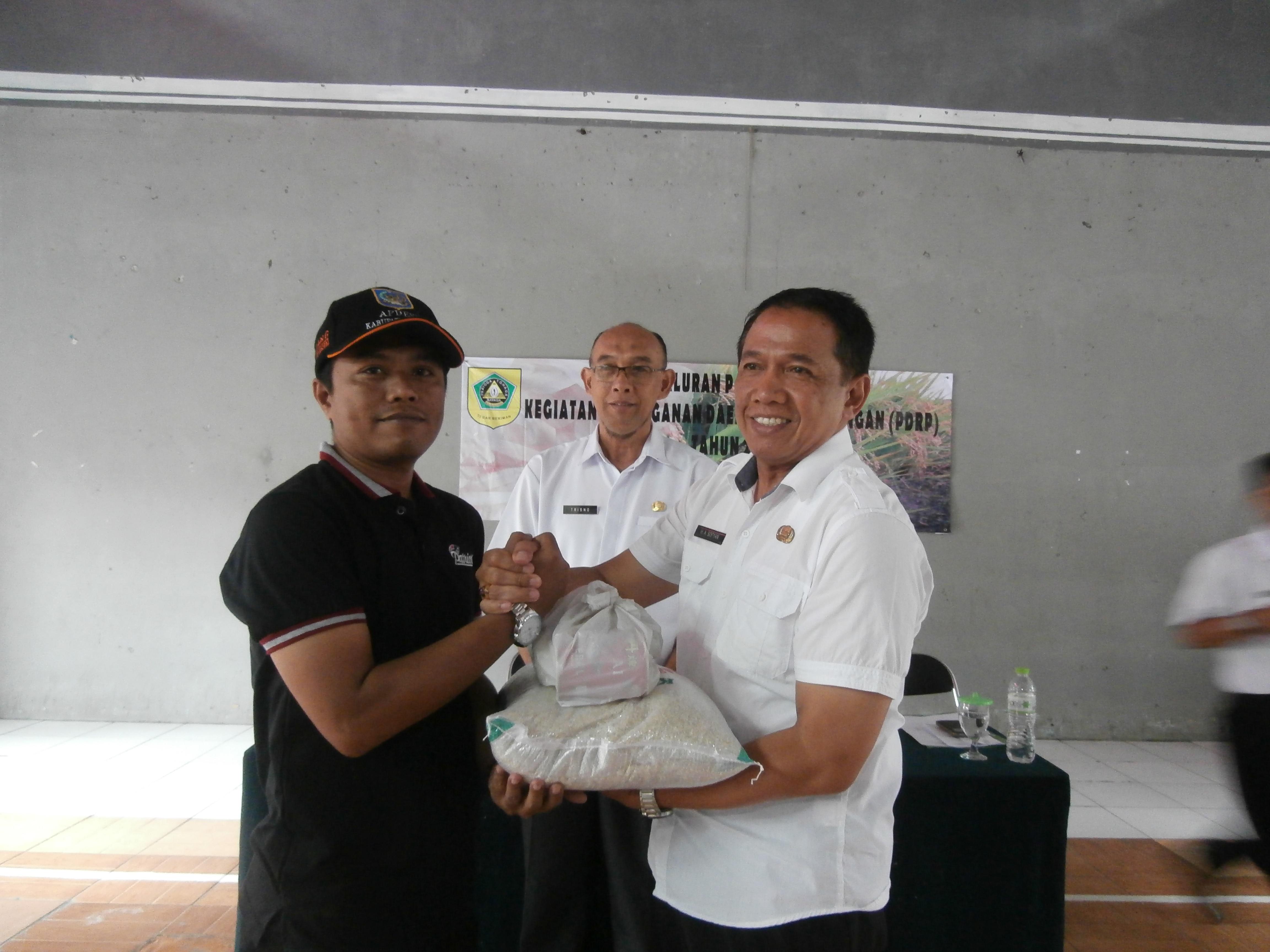 Penyerahan Bantuan secara simbolis bagi korban bencana dari Camat Tamansari kepada warga calon penerima