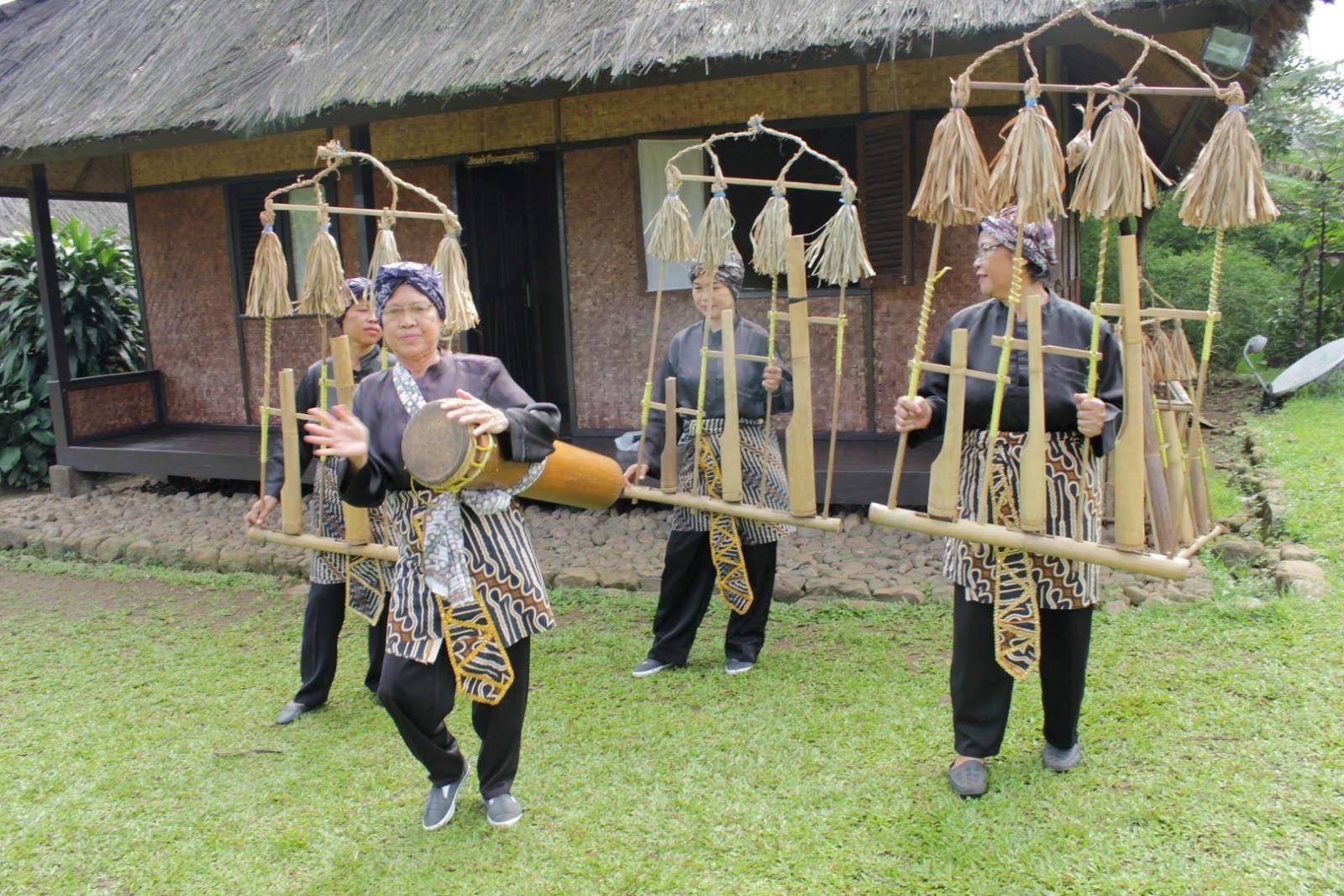 Upacara Seren Taun di Desa Pasir Eurih – Baranang Siang