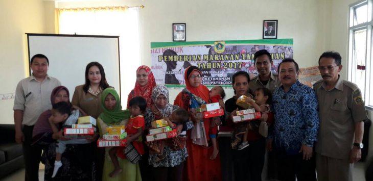 Penyerahan simbolis bantuan PMT bagi balita kurang gizi di Kecamatan Parung Panjang.