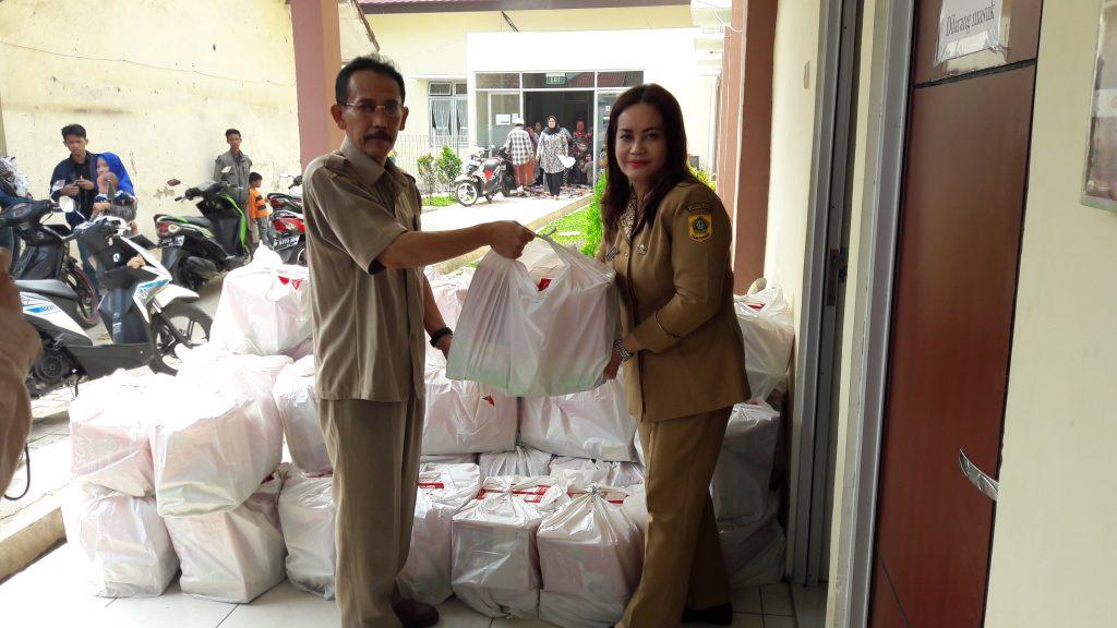 Kepala Seksi Kerawanan Pangan Bidang ketersediaan dan Kerawanan Pangan DKP Kabupaten Bogor, Tresnawan menyerahkan seluruh bantuan kepada Kepala Puskesmas Parung Panjang, dr Susi Juniar untuk kemudian diberikan kepada 52 balita yang mengalami gizi kurang.