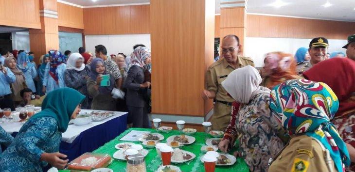 Bupati Bogor Nurhayanti didamping Kepala Dinas Ketahanan Pangan Kabupaten Bogor, drh Soetrisno saat meninjau para peserta lomba cipta menu BS2A, di Gedung Tegar Beriman Cibinong