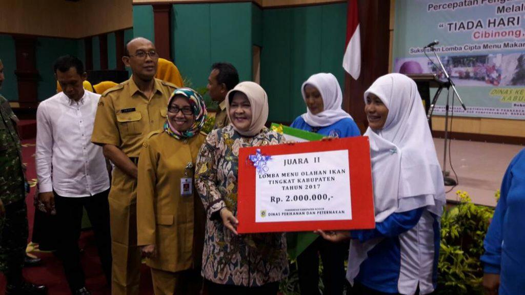 Bupati Bogor menyerahkan hadiah kepada pemenang lomba olahan ikan air tawar.