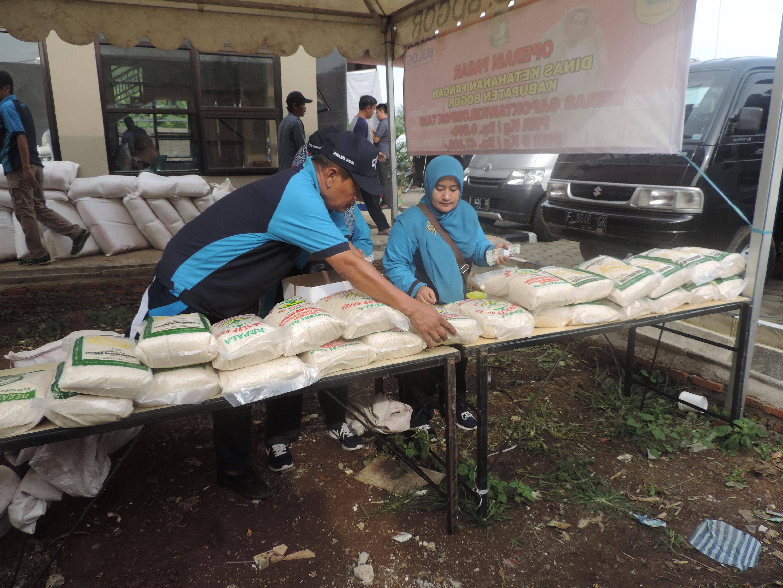 Operasi Pasar di Desa Pabuaran Mekar menurunkan sebanyak 6 ton beras
