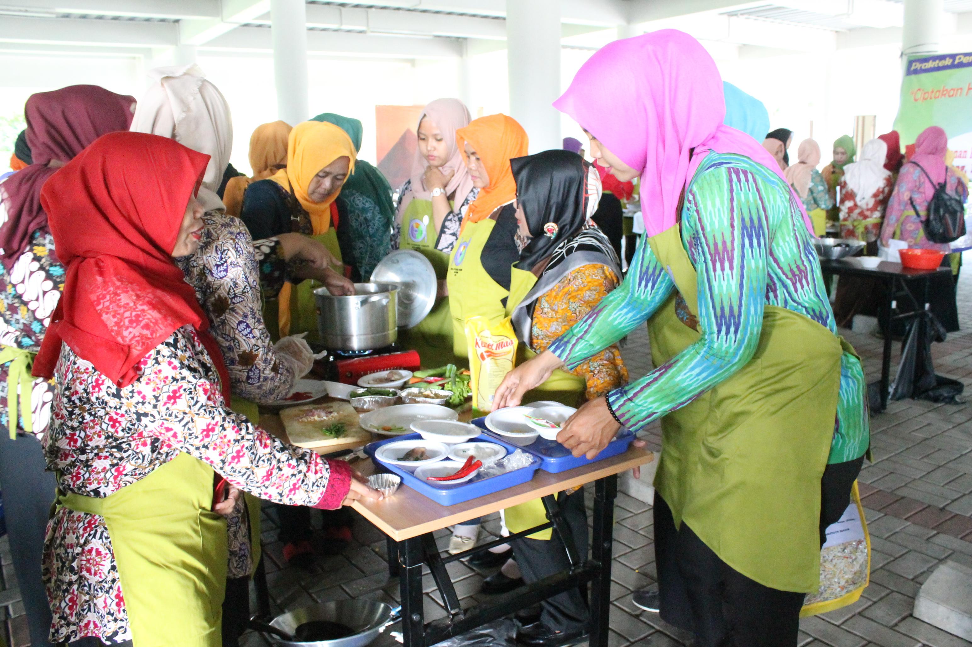 Peserta Pelatihan Cipta Menu B2SA melakukan praktik memasak