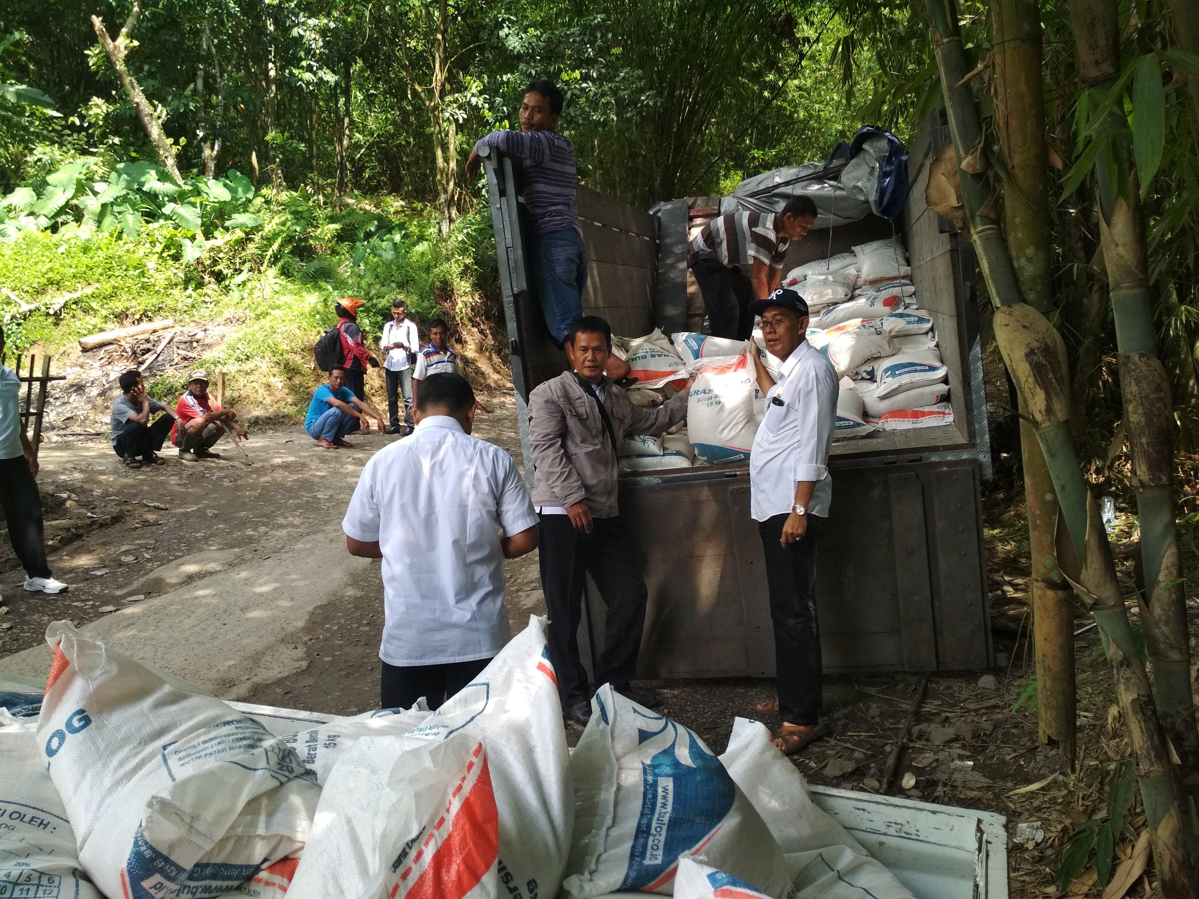 Penyaluran bantuan CPPD di Kec. Sukajaya yang diikuti langsung oleh Kepala Dinas Ketahanan Pangan Kab. Bogor