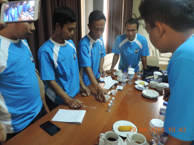 Peserta Bimtek Kader Keamanan Pangan Desa sedang melakukan praktek uji coba keamanan pangan