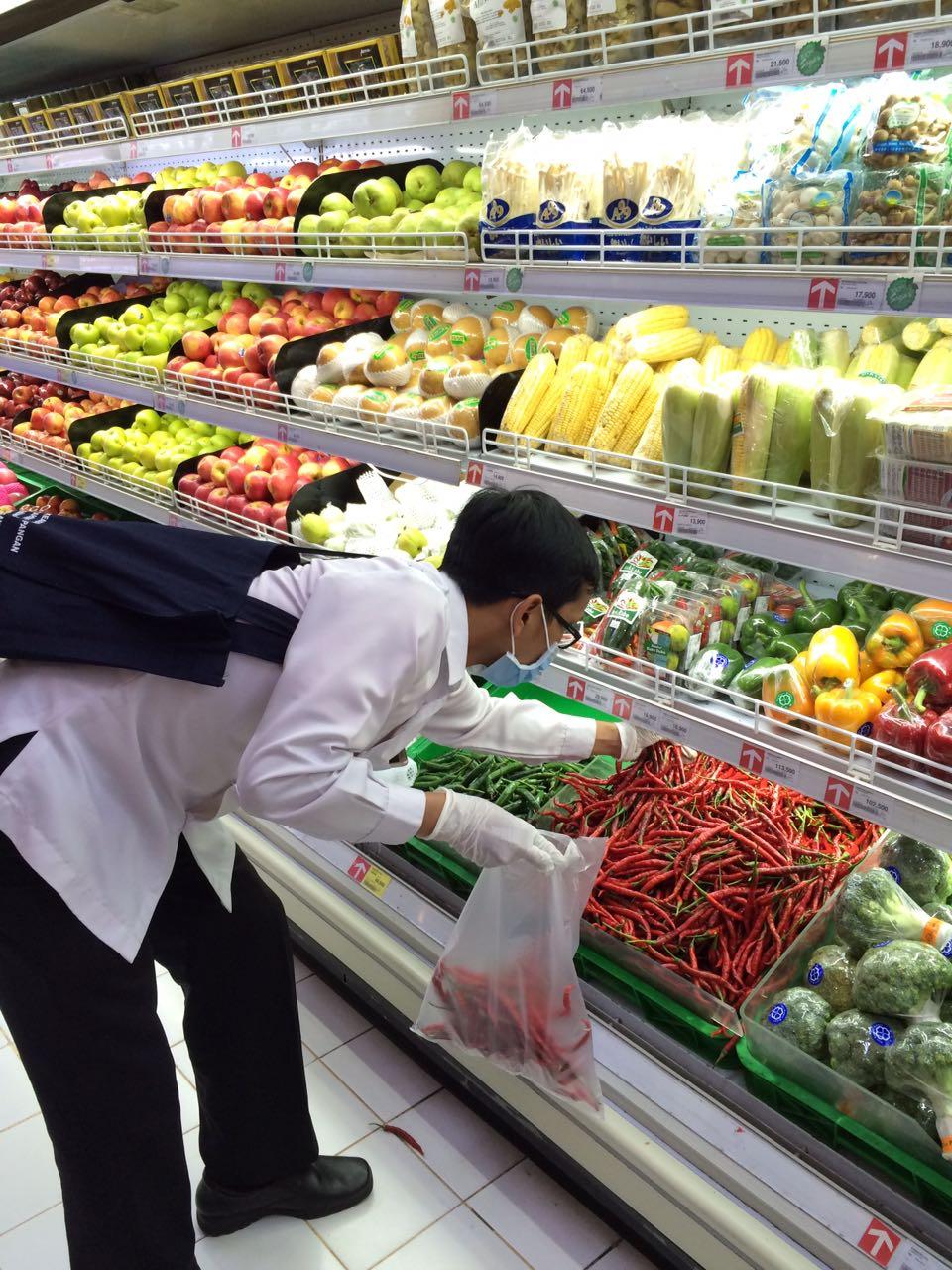 Pengambilan sampel pangan di Carrefour yang akan diuji coba di laboratorium Angler Surabaya