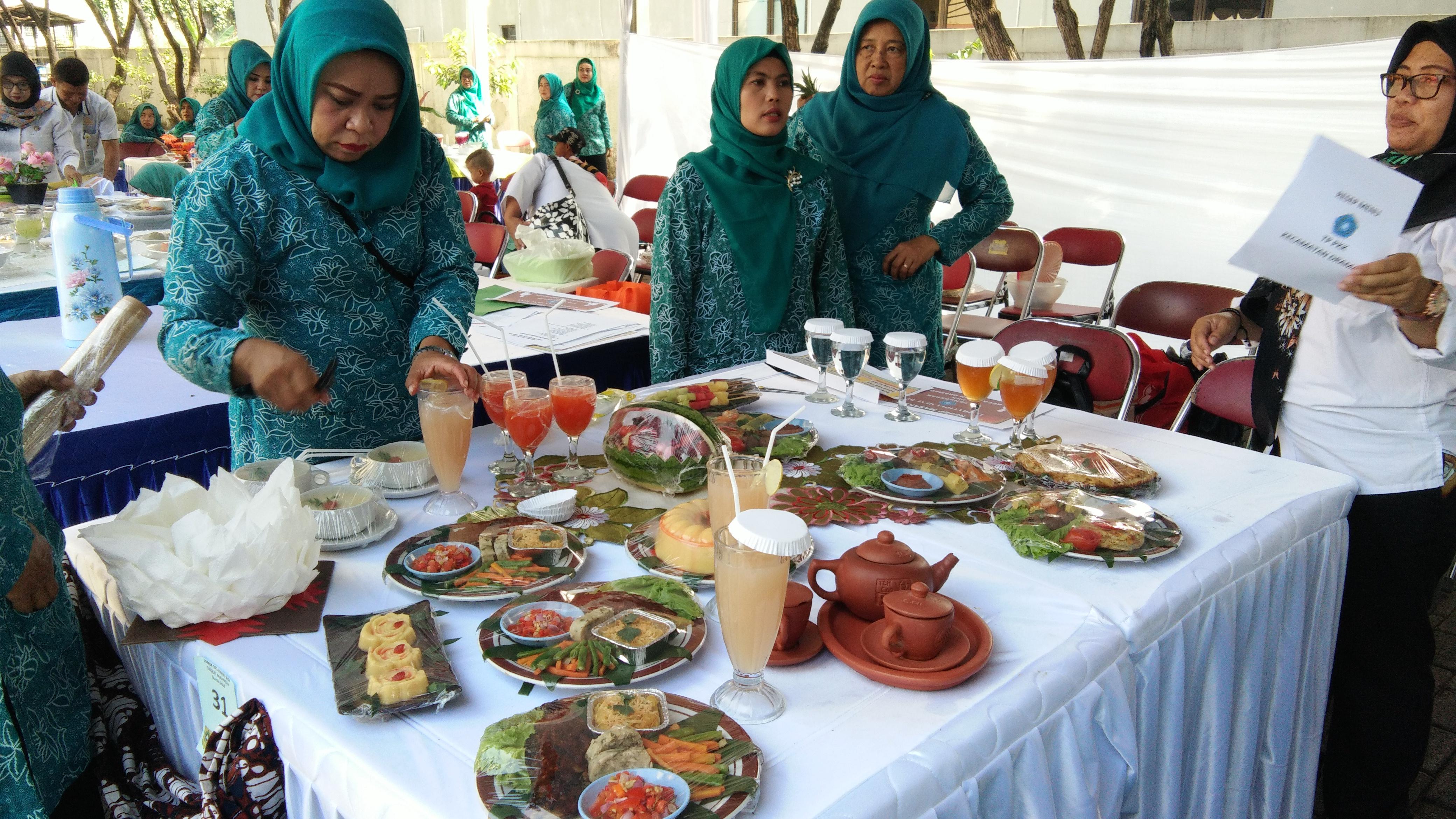 Seputar Opd Dinas Ketahanan Pangan Kabupaten Bogor Halaman 3 Beras Putih By Sehat Kelompok Peserta Lomba B2sa Tingkat Sedang Mempersiapkan Menu Makanan Yang Akan Di Sajikan