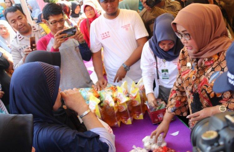 Operasi Pasar Bawang Putih yang dilakukan oleh DKP bersama Bupati Bogor Ade Yasin di Kelurahan Karadenan